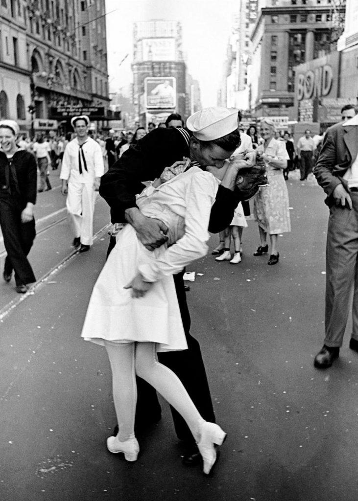Alfred Eisenstaedt kissing a nurse on V-J Day in 1945.